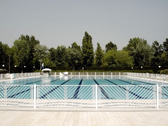 Summer pool photo by razee.